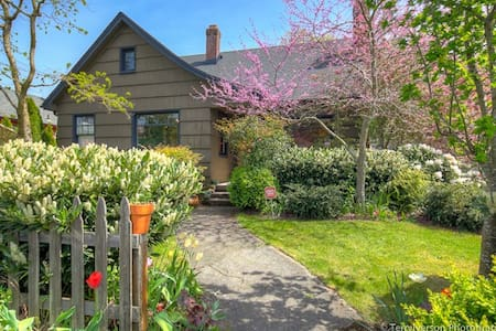 Private suite - historic NE cottage - Portland - Casa