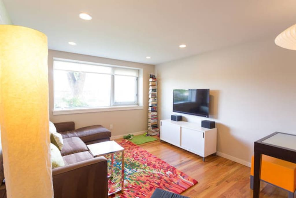 Comfy Living Room with Cable TV and Wireless