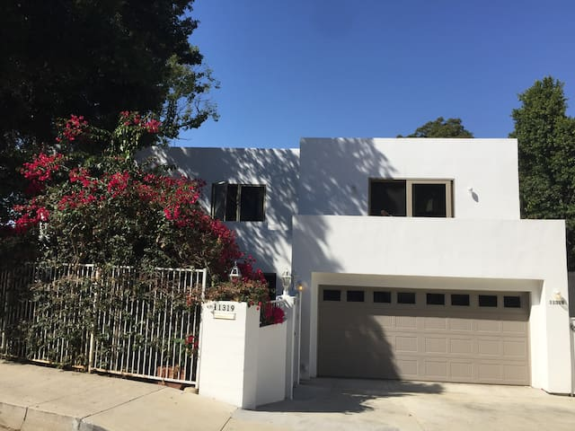 Deluxe 2+1 Suite beautiful Studio City central loc