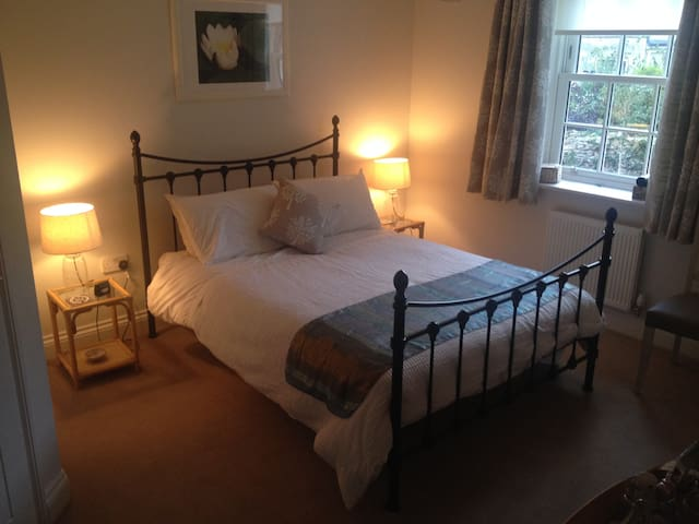 Spacious ensuite double room 20 minutes from Bath. - Bradford-on-Avon