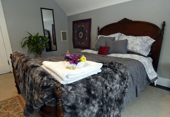 Comfortable, private bedroom & bath near Park Ave.