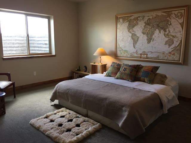 WELCOME TO COMFORT! TEMPUR-PEDIC BED/PRIVATE BATH! - Fort Collins - Huis