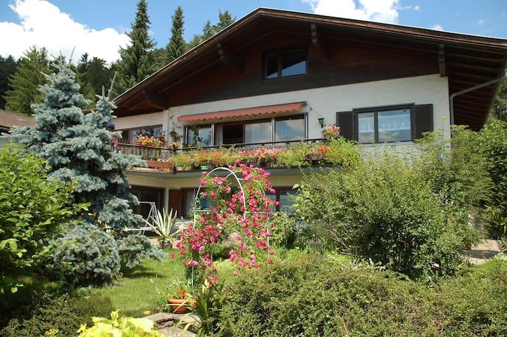 Дом у леса в курортной зоне с видом на озеро