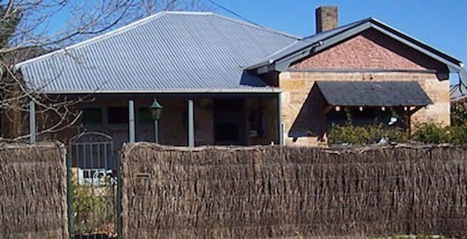 Southern Highlands Stone Cottage - Mittagong - บ้าน