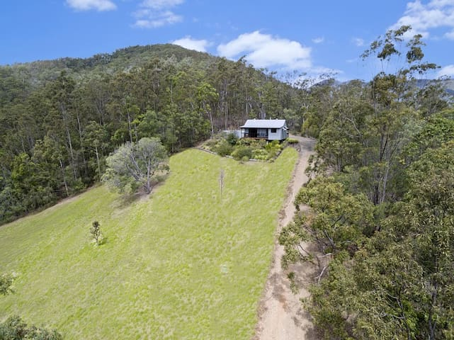 Self contained Cottage surrounded by native bush - Kobble Creek - Guesthouse