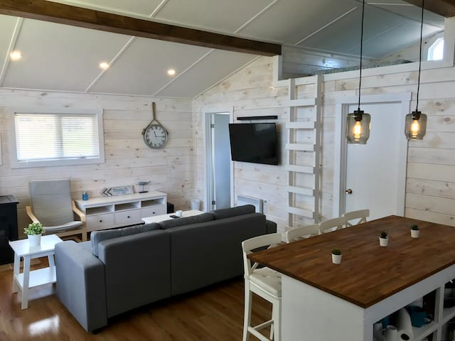 Beautiful Renovated Rocky Point Cottage