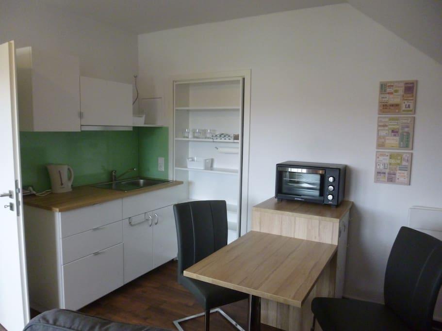 ... integrierte Küche, Mini-Backofen, mobile Kochplatte...
