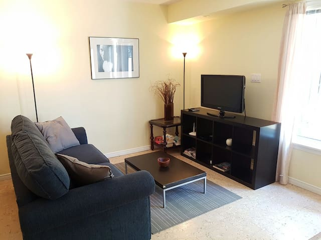 Liberty Village 2br Condo with free parking