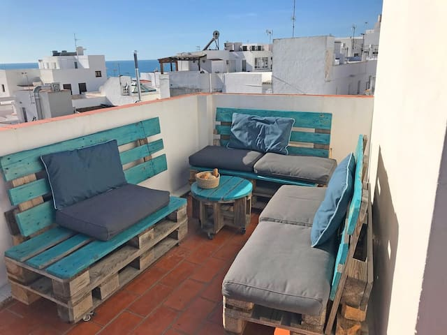 Maisonette in the old town of Conil, roof top terrace with sea view, sleeps 4