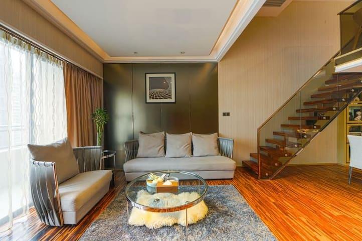 68平方米 有阳台 沙发 小阁楼 复式小别墅