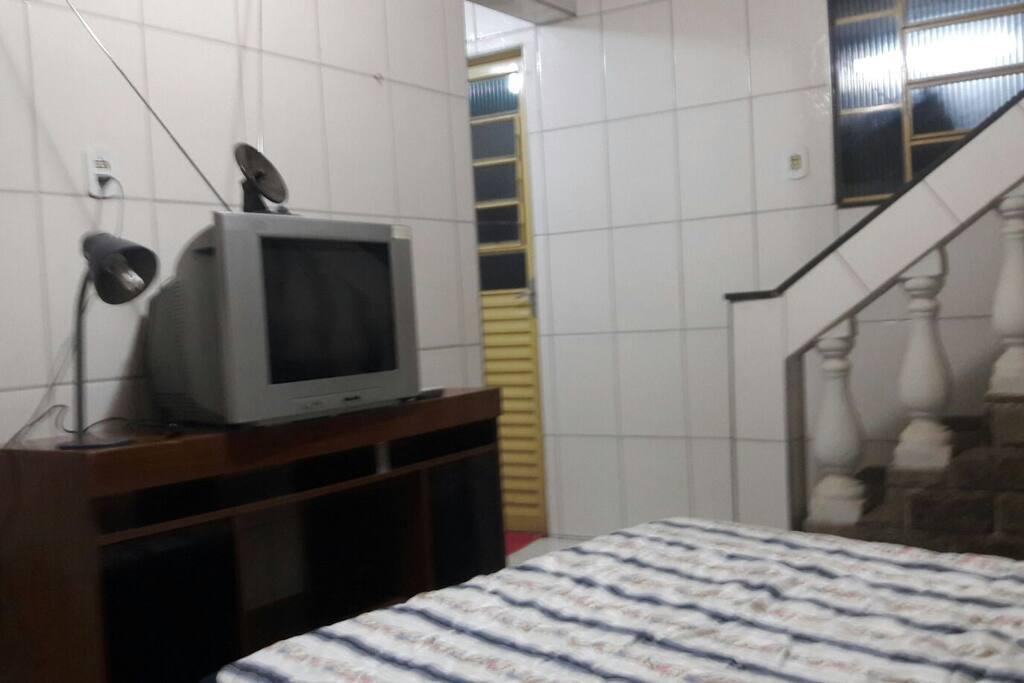 Quarto cama de casal.  Com espaço para 1 colchão de solteiro