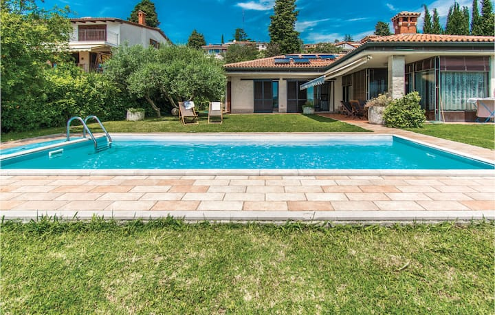 Amazing home in Portoroz with WiFi, Outdoor swimming pool and 3 Bedrooms