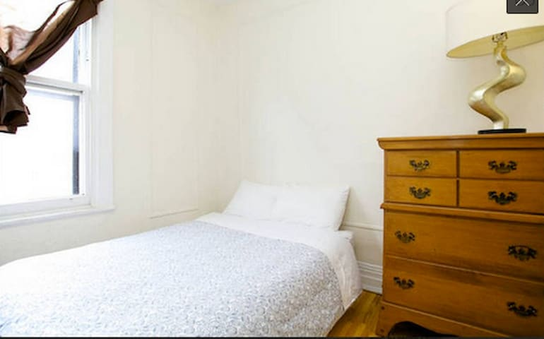 8 1/2. Cozy & Clean Room in Mile-End (Long-stay)