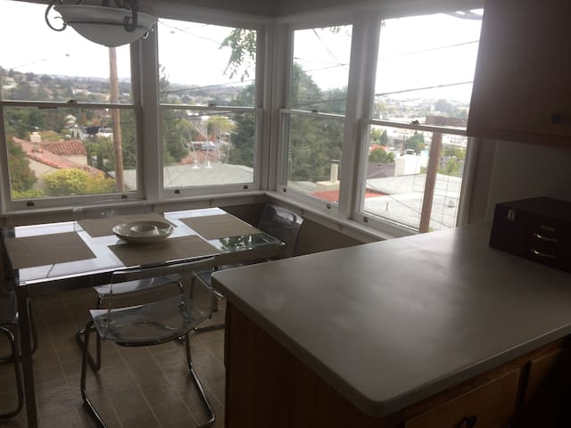 Room in big house with excellent location and view - Belmont - House