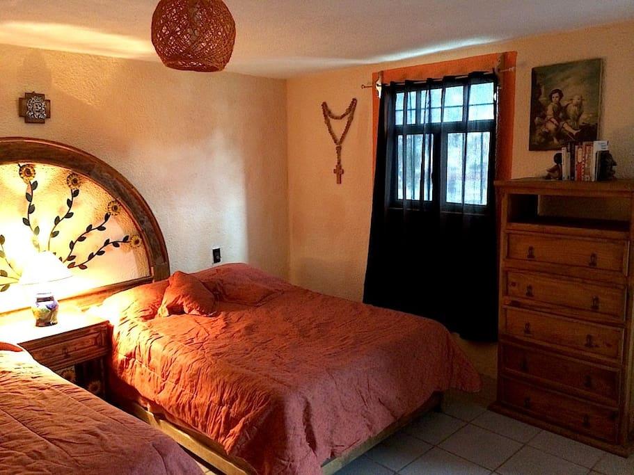 Las cortinas te permiten descansar en un entorno acogedor.