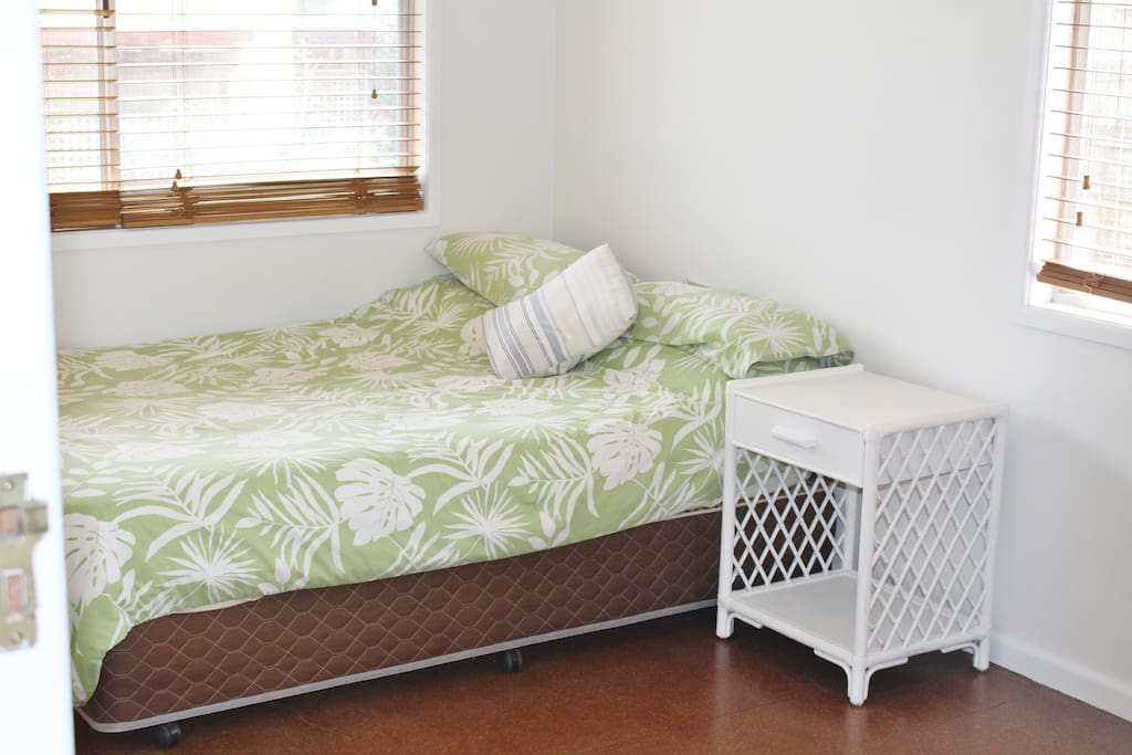 Freshly painted double bed-bright sunny room with venetian blinds.  Clean, tidy and bright private room.   Plenty of space for yoga or for stretching out after a surf.