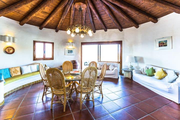 salone di 60 mq con zona pranzo, zona salotto con tv e accesso al terrazzo