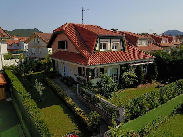 Casa Chalet individual con jardin