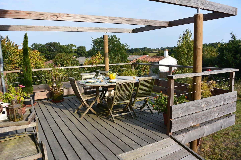 Terrasse sur pilotis pour petit-déjeuner au coeur de la nature