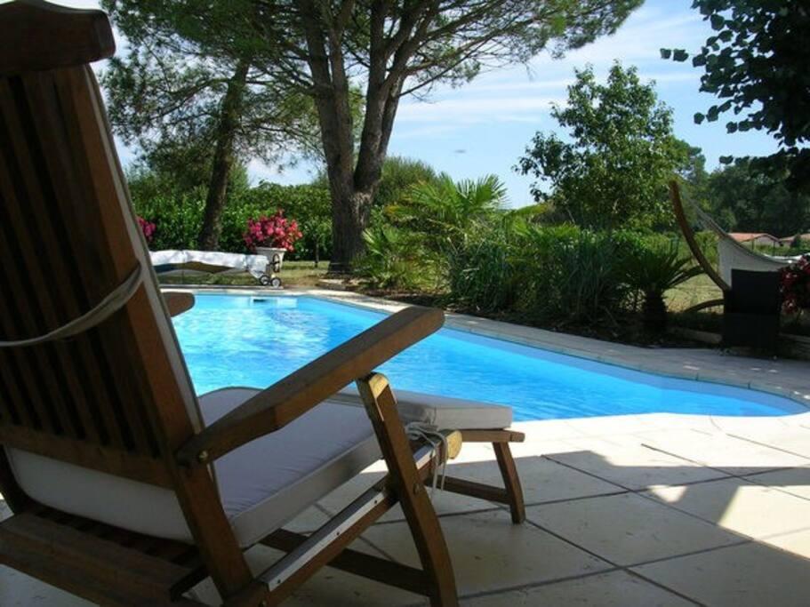 Un peu de repos bien mérité face à la piscine