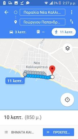 Η απόσταση από το διαμέρισμα με τη πλατεία του χωριού.The apartment is 5 minutes from the village beach and 10minutes from the center with the feet.