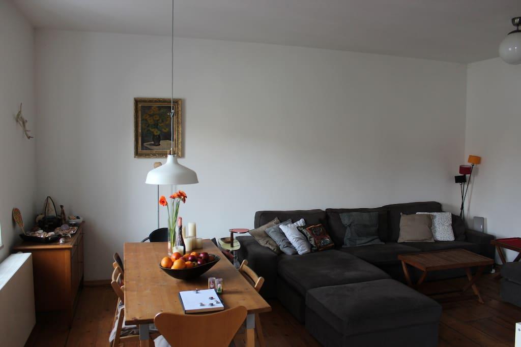 Big dining table and large couch area for hanging out. // Großer Esstisch und Couchlandschaft für einen gemütlichen Abend.