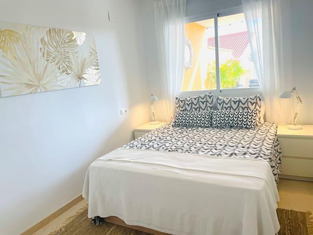 Tu dormitorio es espacioso y Zen con cama grande y cómoda y con almacenaje y armario para tu ropa