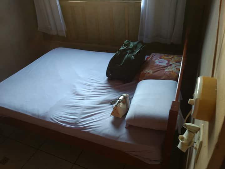 Aluga um quarto simples
