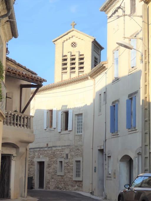 La maison au centre du village, l'église en arrière plan