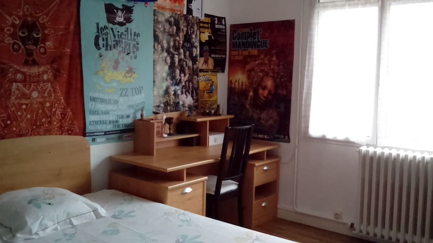 Chambre 15m2 chez l 39 habitant guesthouse for rent in for Chambre 15m2