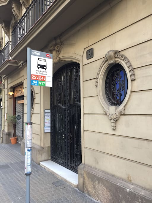 El portal de entrada justo delante de la parada de los autobuses 22, 24 y V17