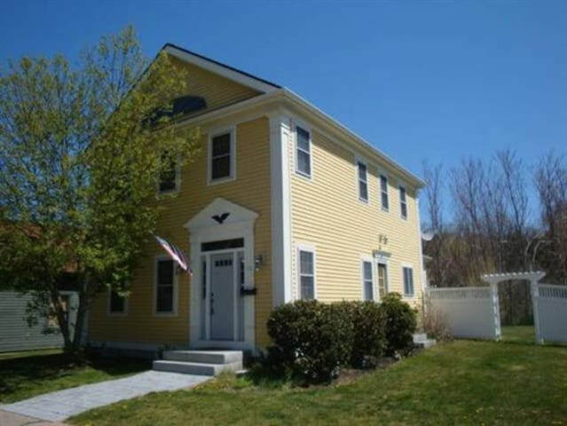 Charming Home in Downtown Mystic - mystic - Dom
