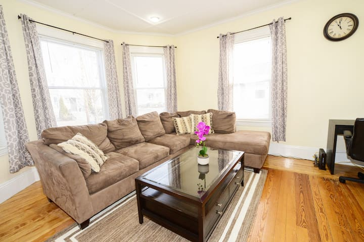 Spacious, Beautiful & Clean 2 BR- 15 min to BOSTON - Waltham - House