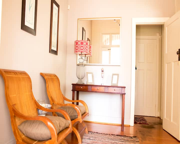 Charming 2 bed in Rosebank's trendy art mile.