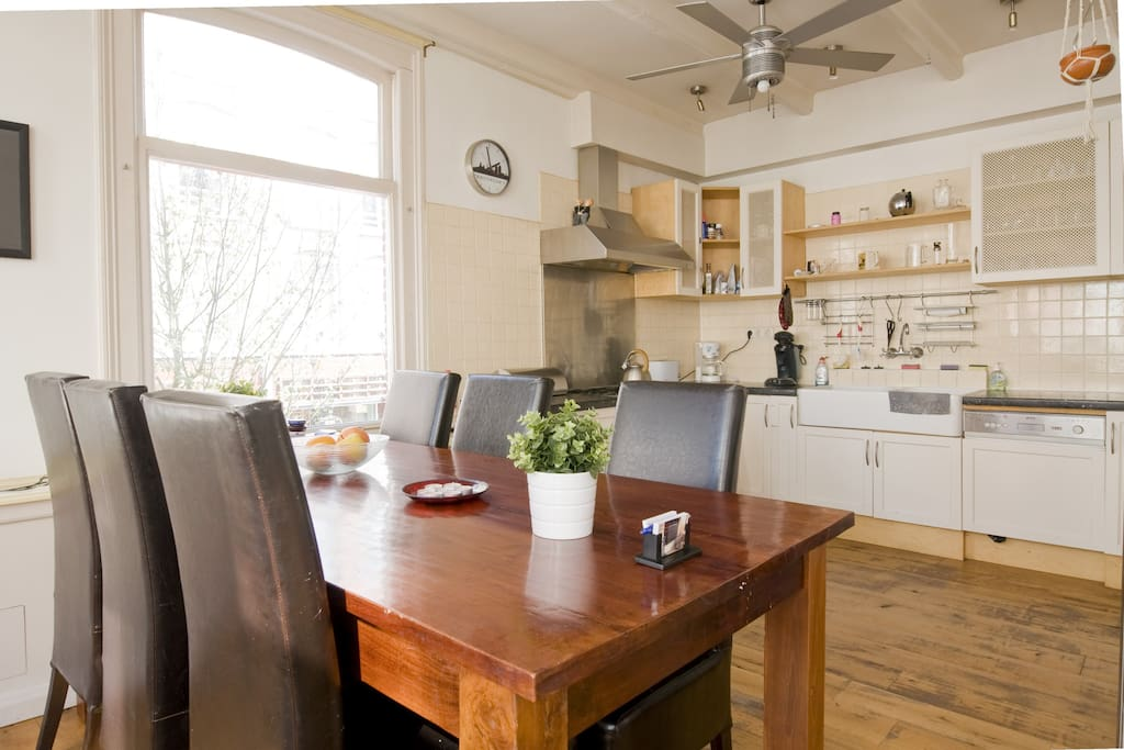A large & light living kitchen for your free, fresh breakfast! Kitchen, incl. amenities, is also available for you at dinner time. Hard wooden floor was renewed in 2017.