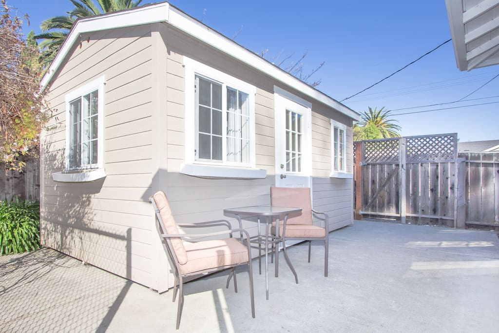 This is the cottage ie the detached bedroom in the backyard where you will be staying.