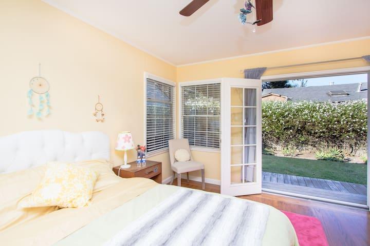 Charming room, private entrance, deck, garden.