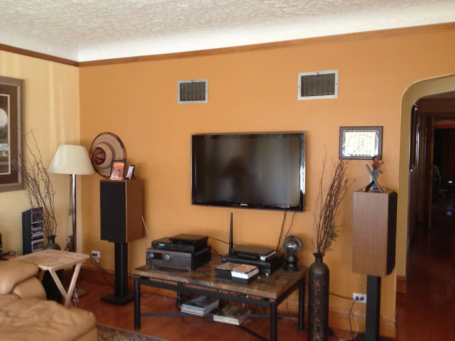 Living room, relax and watch the flat screen TV, DVDs or listen to music