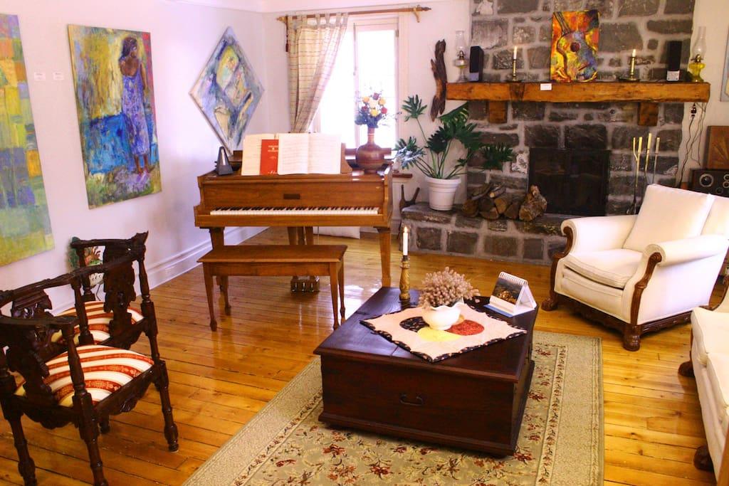 Le grand salon tout en confort et chaleur.