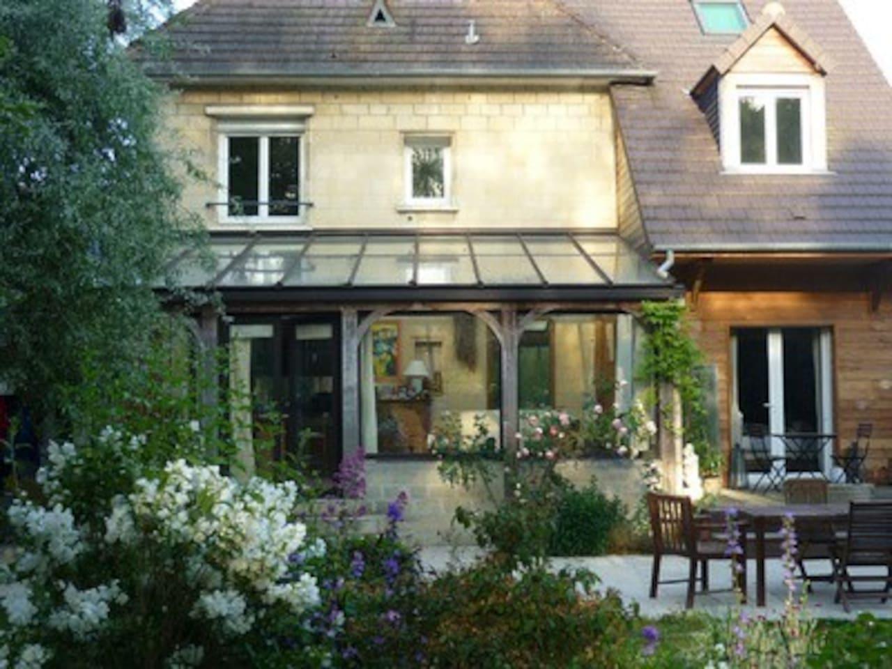 Jardin de 1000 m2. Our big garden.