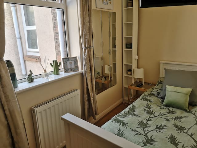 Clean,tidy, small single bedroom ideally located .