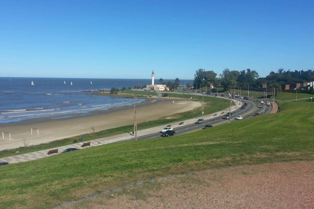 Vista a la rambla a 100 mts. de la casa dónde se admira el Museo Oceanográfico.