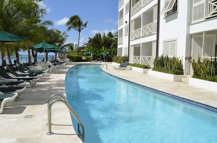 Luxury 2 bed beach front condo - Holders Hill - Appartement