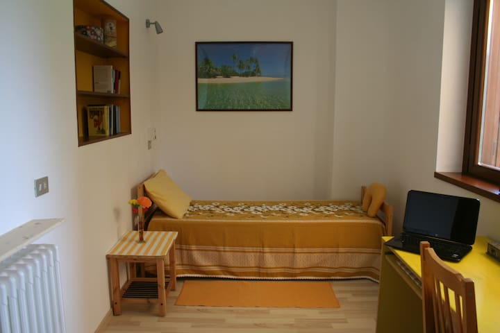 Yellow room in villa - Cavenago di Brianza - วิลล่า
