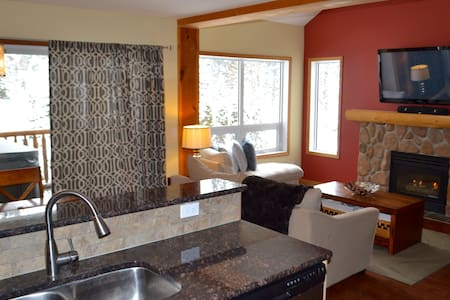 Ski-in/Walk-out with Private Hot Tub, Sleeps 7 - Fernie