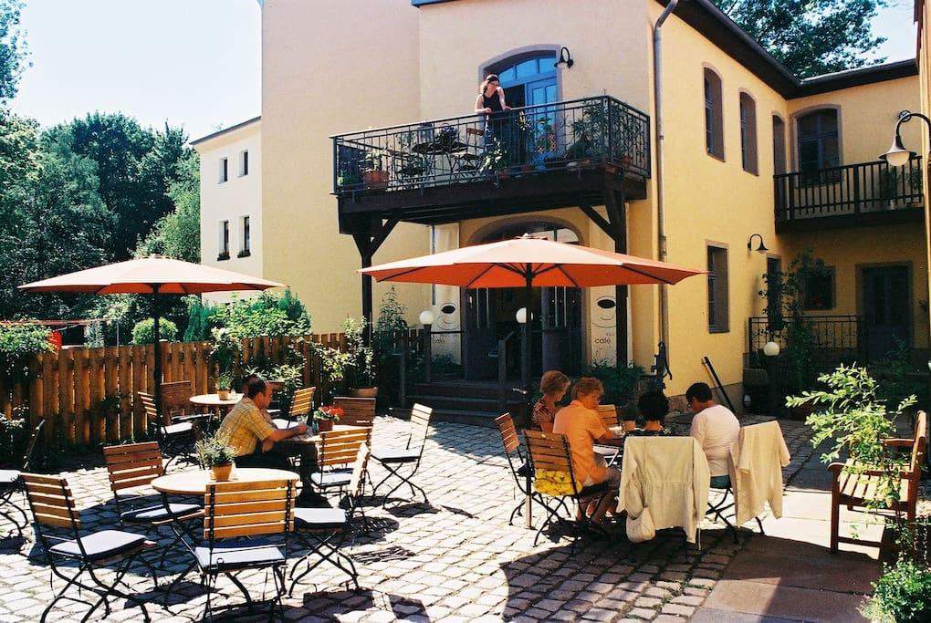 Kleines Café im Innenhof