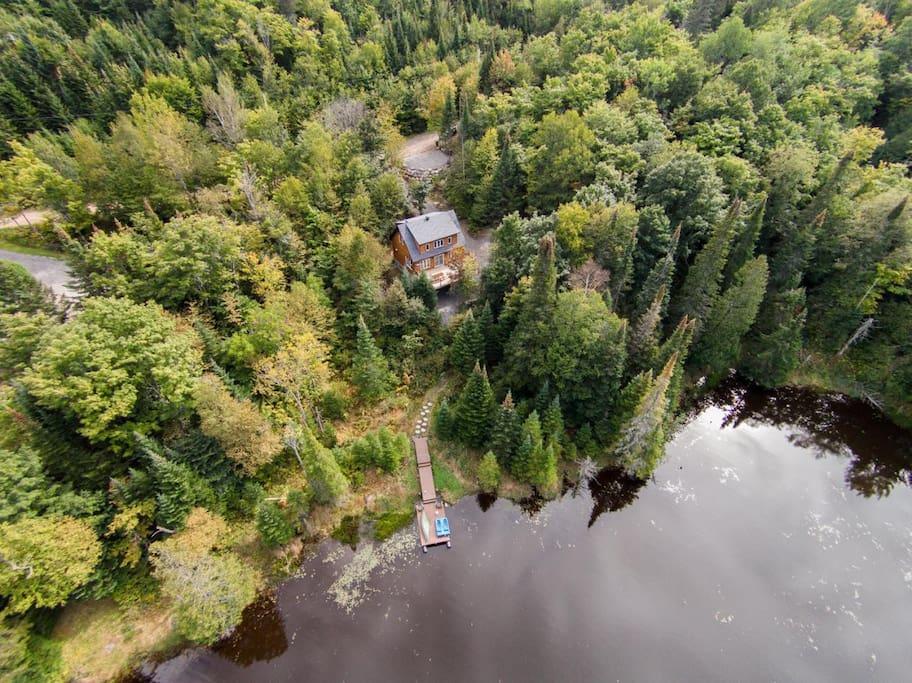 Superbe chalet au bord du lac vous offrant intimité et quiétitude.
