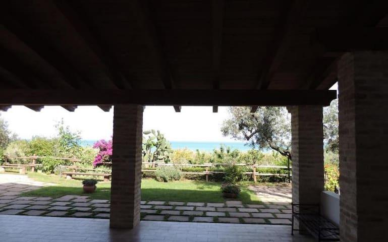 Casa privata con portico e giardino vista mare