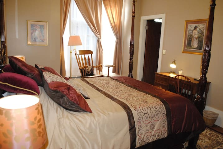 Luxury Room for Two (or 4) in Downtown - Lewiston - Hus