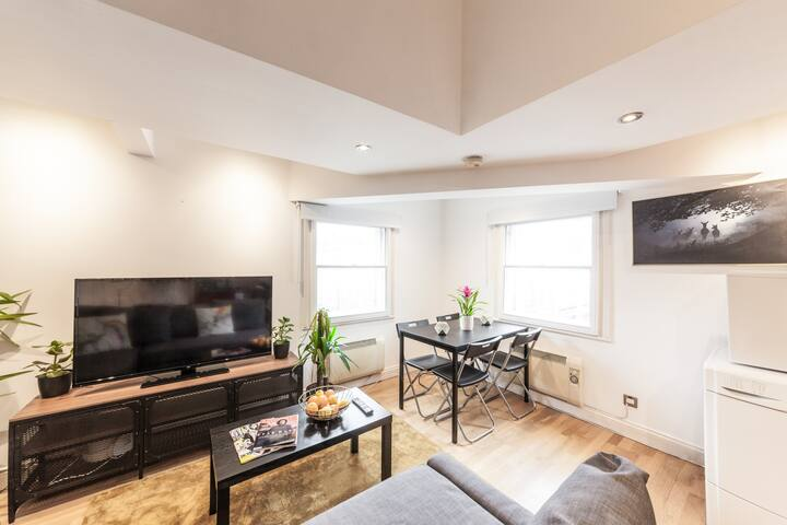 Spacious Living/Dining area with 49 Inch Smart Tv (NETFLIX)